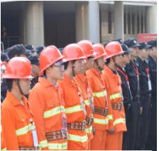 保安服务人员极参与消防练习